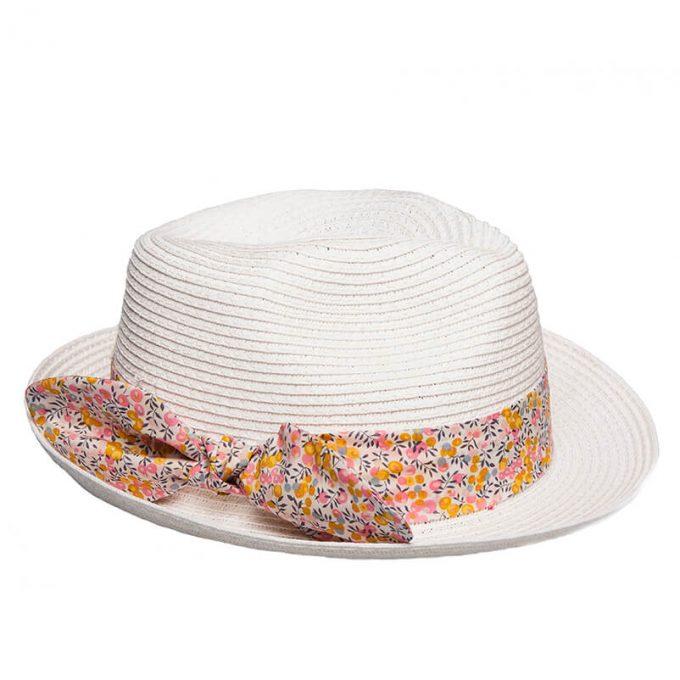 Ψάθινο παιδικό λευκό καπέλο με χρωματιστή κορδέλα.
